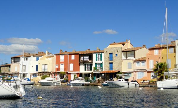 Le charme de la cité Lacustre de Port Grimaud, réside principalement où aucune des 2000 maisons ne se ressemblent : à chacun sa couleur de crépis, de balustre et de volets. Répertoriées, elles permettent lors des rénovations de retrouver les couleurs d'origine.