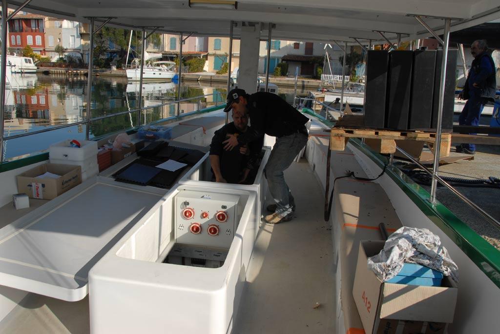 Les coches d'Eau de Port Grimaud sont depuis 2011 propulsées avec l'électricité produits par les panneaux photovoltaïques disposés sur leurs toits.